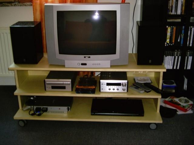 TV Bank mit Fernseher, HiFi Anlage, DVD Player und PS2