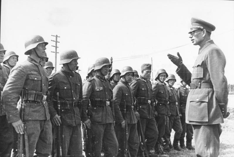 Bundesarchiv_Bild_183-N0301-503,_General_Wlassow_mit_Soldate